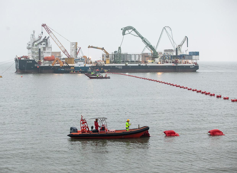 Vanuit de Waddenzee wordt het laatste stuk van de Cobra kabel van Denemarken naar Nederland doorgetrokken naar een schakelstation in de Eemshaven. Beeld Harry Cock / de Volkskrant