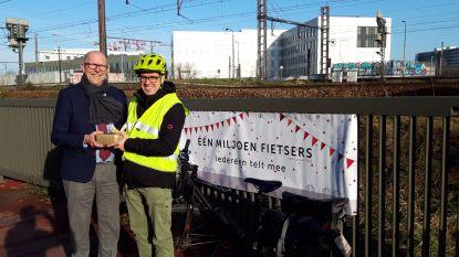 Miljoenste fietser rijdt over fietsbrug in Berchem