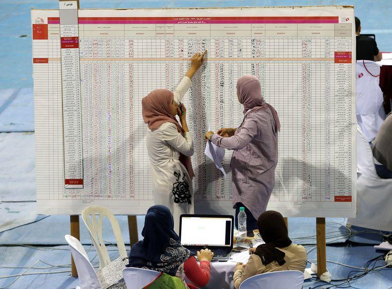 Medewerkers van een Tunesisch stembureau.  Beeld null