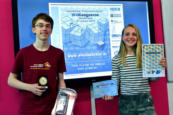 Marijn Adriaanse (links) en Valerie Bentvelsen behaalden topresultaten bij de landelijke wiskundewedstrijd W4Kangoeroe.
