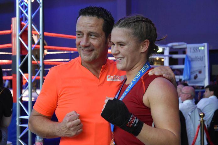 De trotse Chelsey Heijnen (rechts) behaalde goud tijdens de Eindhoven Box Cup.