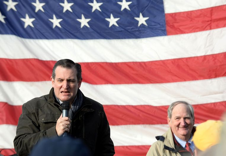 Senator Ted Cruz trotseert de kou om bij een schietbaan in New Hampshire kiezers toe te spreken. De voorsprong die Cruz had in Iowa op Donald Trump is flink geslonken. Beeld null