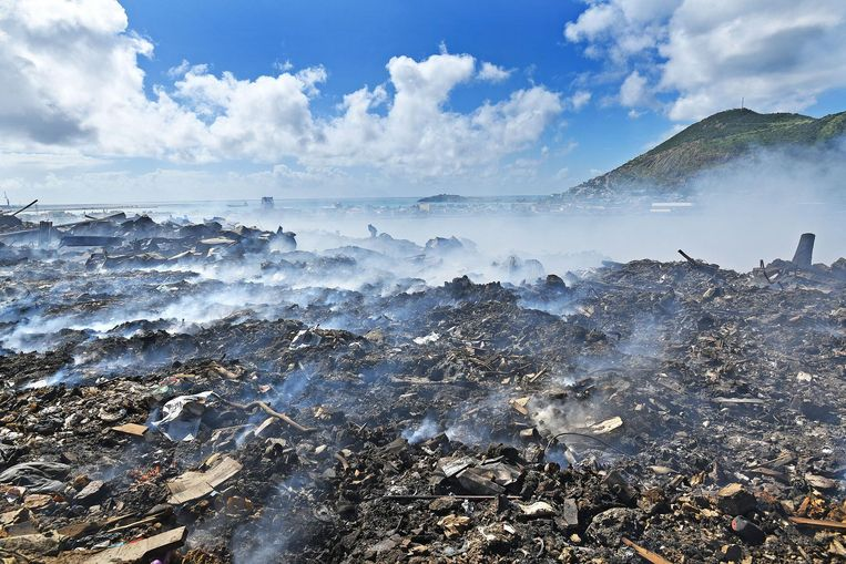 De centrale afvalplek op het eiland laat vrijwel elke dag een hinderlijke rookwolk over het eiland waaien. Door de enorme afvalberg na orkaan Irma is dit probleem nog groter geworden. Beeld Guus Dubbelman / de Volkskrant