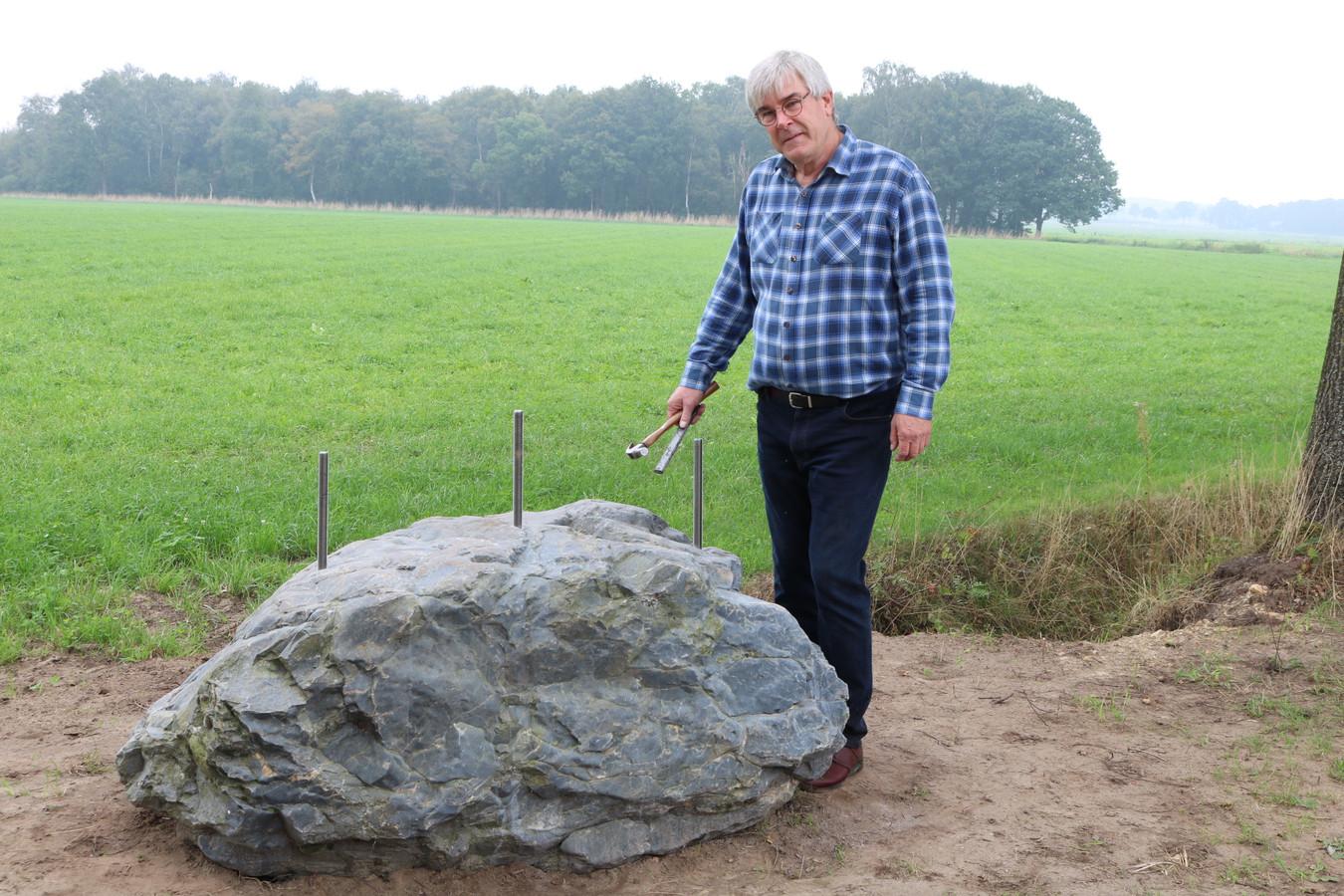 Bart Beex en het monument in wording bij het Meerven in Vessem, dat eind deze maand in het bijzijn van Holmes onthuld zal worden.