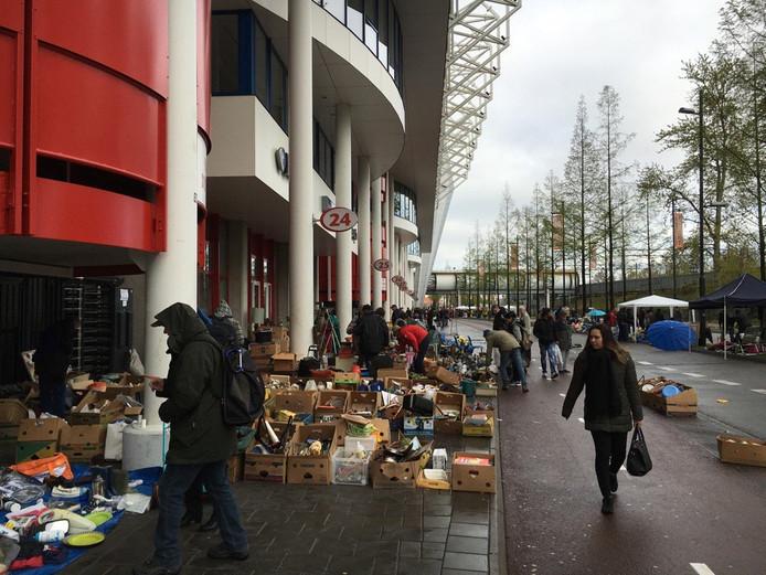 Vrijmarkt bij het Philips Stadion in Eindhoven.