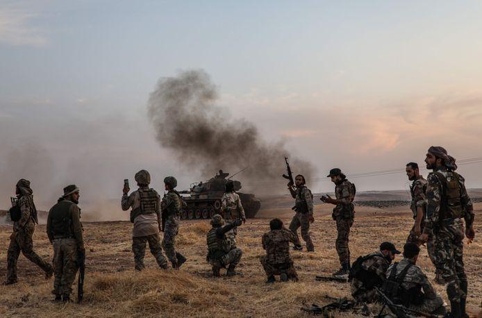 Turkse soldaten en door de Turken gesteunde Syrische strijders in Manbij, nabij de grens met Turkije.