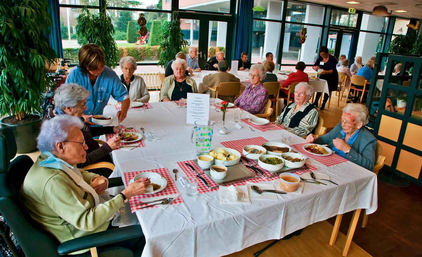 Gezelligheid tussen de middag, in een eetzaal in een willekeurig Brabants zorgcentrum.  Een groepje Geffenaren is bang dat kwijt te raken.