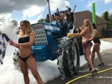 VIDEO: Topless boerenbabes wassen tractors in Loosbroek: 'Ik ben extra door de blub gereden'