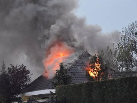 VIDEO: Bewoners op tijd uit brandende woning in Giessen, bovenverdieping uitgebrand