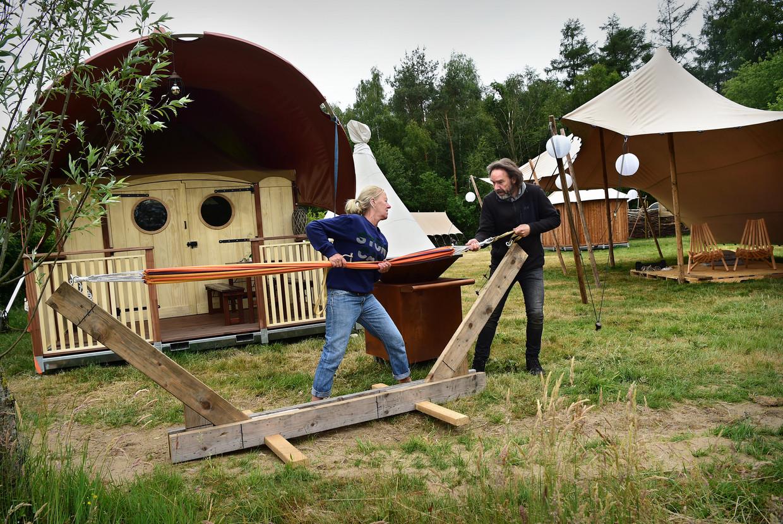 De tenten die normaliter op de luxe campings van de grote festivals staan worden nu gebruikt voor een pop-up camping. Beeld Marcel van den Bergh / de Volkskrant