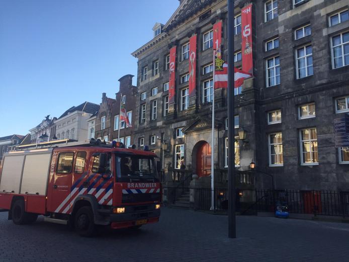 De brandweer voor het stadhuis.