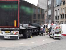 Vrouw onder vrachtwagen in Woerden