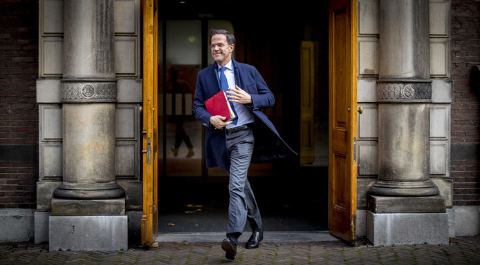 Mark Rutte (VVD) verlaat het ministerie van AZ op het Binnenhof voor de gesprekken met informateur Gerrit Zalm.