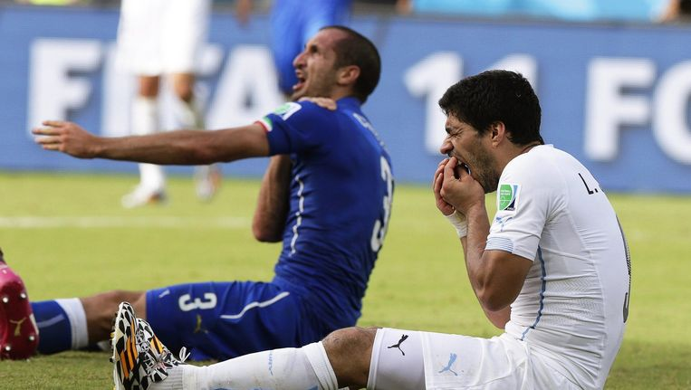 Suárez vlak na het bijten van Chiellini tijdens Italië - Uruguay op het WK van 2014. Beeld epa