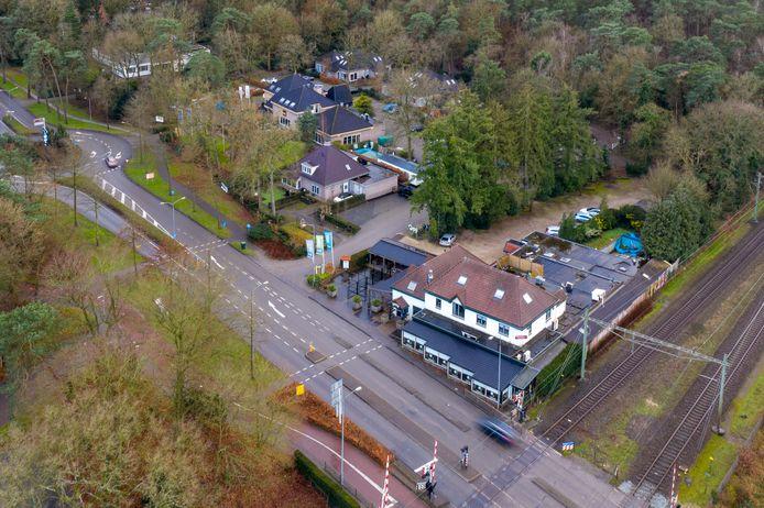 Op de voorgrond het huidige pand van restaurant Joris, aan de Elspeterweg in Nunspeet. De uitbaters verhuizen met hun bedrijvigheid naar zalencentrum Pineta, op de achtergrond.