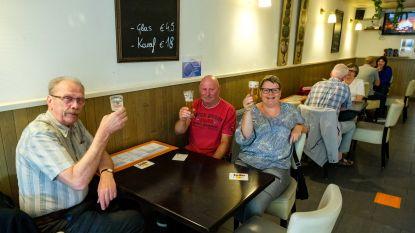 """Nielenaren genieten met volle teugen van eerste cafébezoek: """"Pintjes smaken hier beter dan thuis"""""""