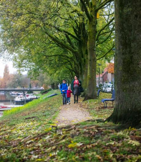 Straatbeeld: wandelen langs de Aa