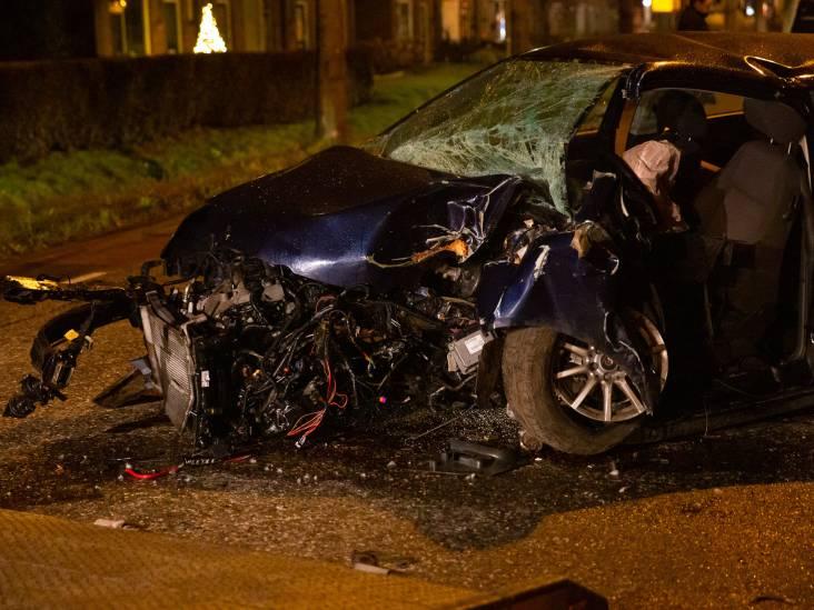 Man zwaargewond nadat hij met auto tegen boom rijdt in Willemstad