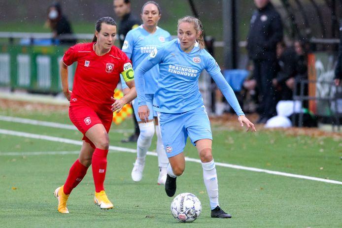 Aanvoerder en international Renate Jansen van  FC Twente in duel met Nadia Coolen van PSV.