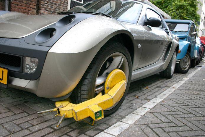 De wielklem is mogelijk een manier om buitenlandse foutparkeerders te dwingen hun boetes te voldoen.