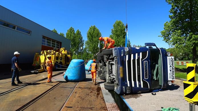 De berging van de vrachtwagen die in Kampen kantelde.