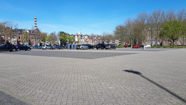 Een bijna leeg parkeerterrein De Wedren aan de rand van het Nijmeegse stadscentrum.