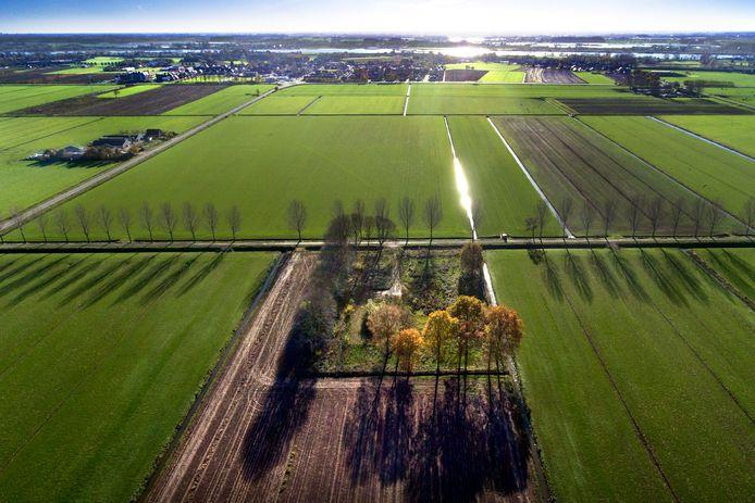 De locatie in Herwijnen waar Defensie een nieuwe militaire radar wil bouwen. Op de achtergrond het dorp Herwijnen.