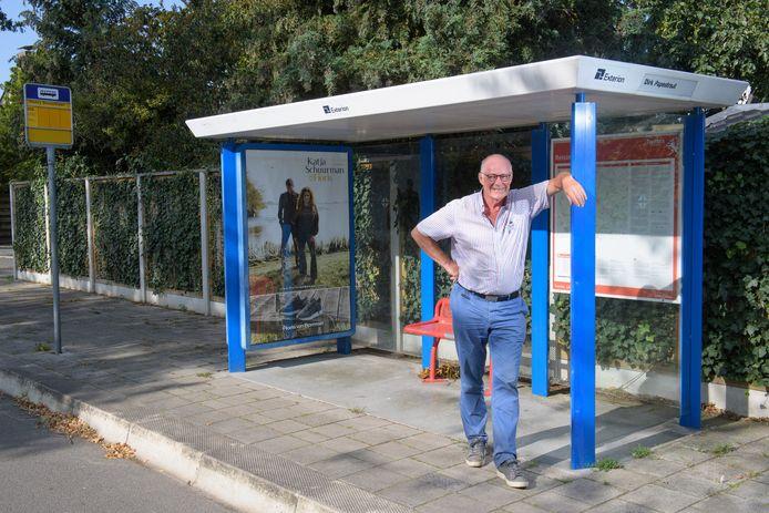 Jeroen Verhaak, wachtend op de buurtbus die voorlopig niet komt.