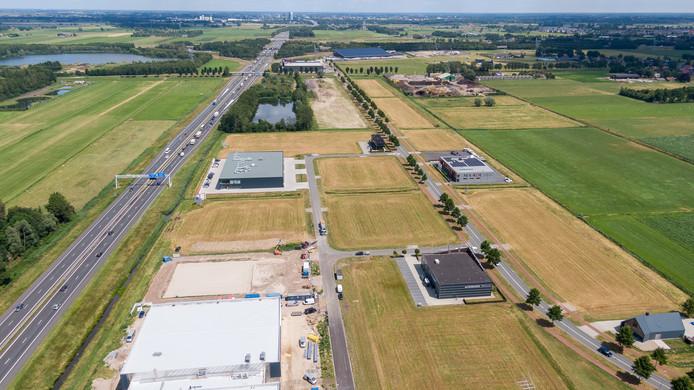 Bedrijvenpark H2O, gezien vanaf Wezep, met op de achtergrond de skyline van Zwolle en links de A28.
