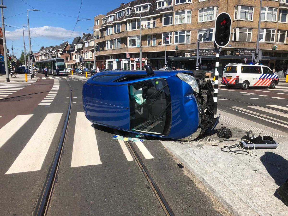 Zodra de vrouw de getrokken kies zag, viel ze flauw en crashte de wagen op de Rotterdamse Kleiweg.