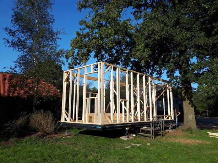 Momenteel is Gerdine net klaar met het houten framewerk en het plaatsen van de ramen, de dakbalken en -platen.