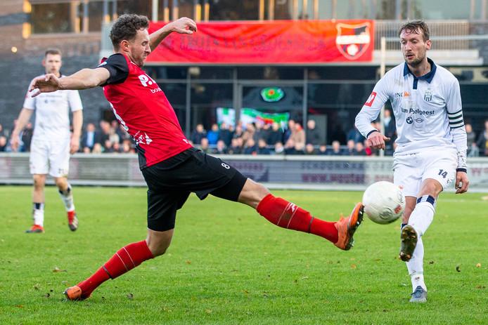 Robin Janssen (links) maakte als invaller zijn rentree bij De Treffers. Rechts HFC'er Jacob Noordmans.