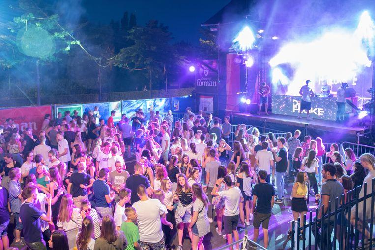 De Jeugdraad Oudenaarde kreeg honderden jongeren aan het dansen op de parking Meerspoort.