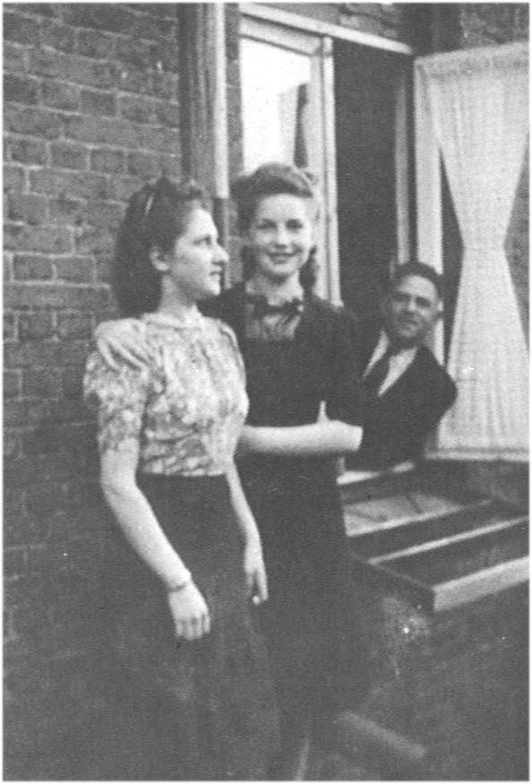 Elly (l) en haar vriendin Hannie Maassen, rechts vader Willy Lobe
