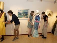 Docent Dirk in Holten houdt van gekke opdrachten: kies schilderij uit en maak daar een kostuum bij