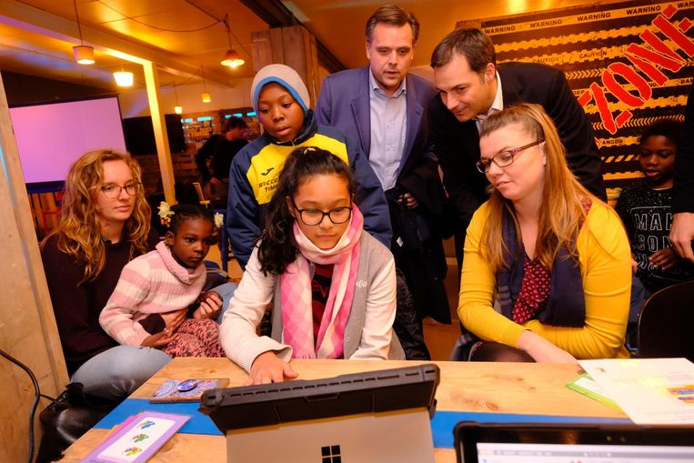 Alexander De Croo en Philippe De Backer kwamen gisteren het project Digitale Helden bekijken.