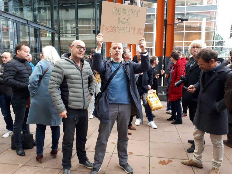 Een groep journalisten houdt vrijdagochtend bij de rechtbank in Rotterdam een protestactie tegen de gijzeling van NOS-verslaggever Robert Bas.  Beeld Koen Voskuil