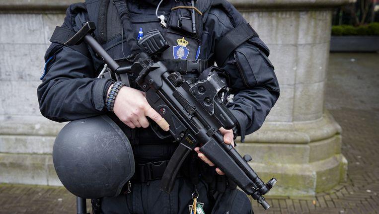 De Koninklijke Marechaussee voert extra patrouilles uit op het Binnenhof, in reactie op de aanslagen in Brussel. Beeld anp