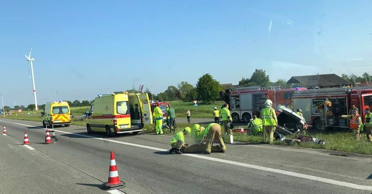 Bij het spectaculaire ongeval belandden twee wagens in de gracht.