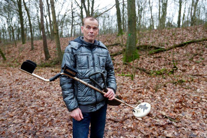 John Rijkers uit Tilburg terug op de plek in Best waar hij in 1997 met zijn metaaldetector op het lijk stuitte.