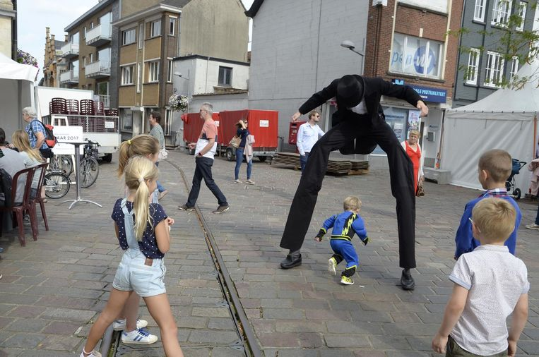 De kinderen waren onder de indruk van de steltenloper.