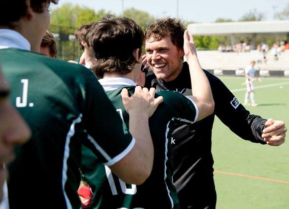Vincent Vanasch krijgt felicitaties van zijn ploegmaats.