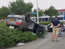 Twee bestuurders gewond: auto ondersteboven in struiken na aanrijding
