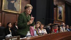 """""""Kledij van sommige vrouwen is een uitnodiging om lastiggevallen te worden"""", stelt Amerikaanse politica"""