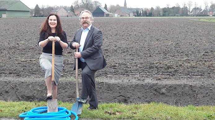 Silvia Heijnen en Cees Lok zetten eind 2018 symbolisch de eerste schoppen in de grond voor de aanleg van glasvezel in het buitengebied.