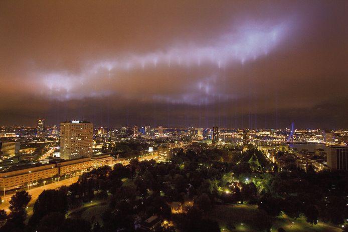 Een beeld uit 2007 dat Rotterdam is bijgebleven. Het schijnsel van de 128 lichtbundels op de laaghangende bewolking. Er zijn plannen voor een herhaling van dit spektakelstuk op 14 mei 2020.