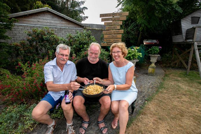 Jos eet bami bij Peter en Mieke van den Groenendaal in Heeze.