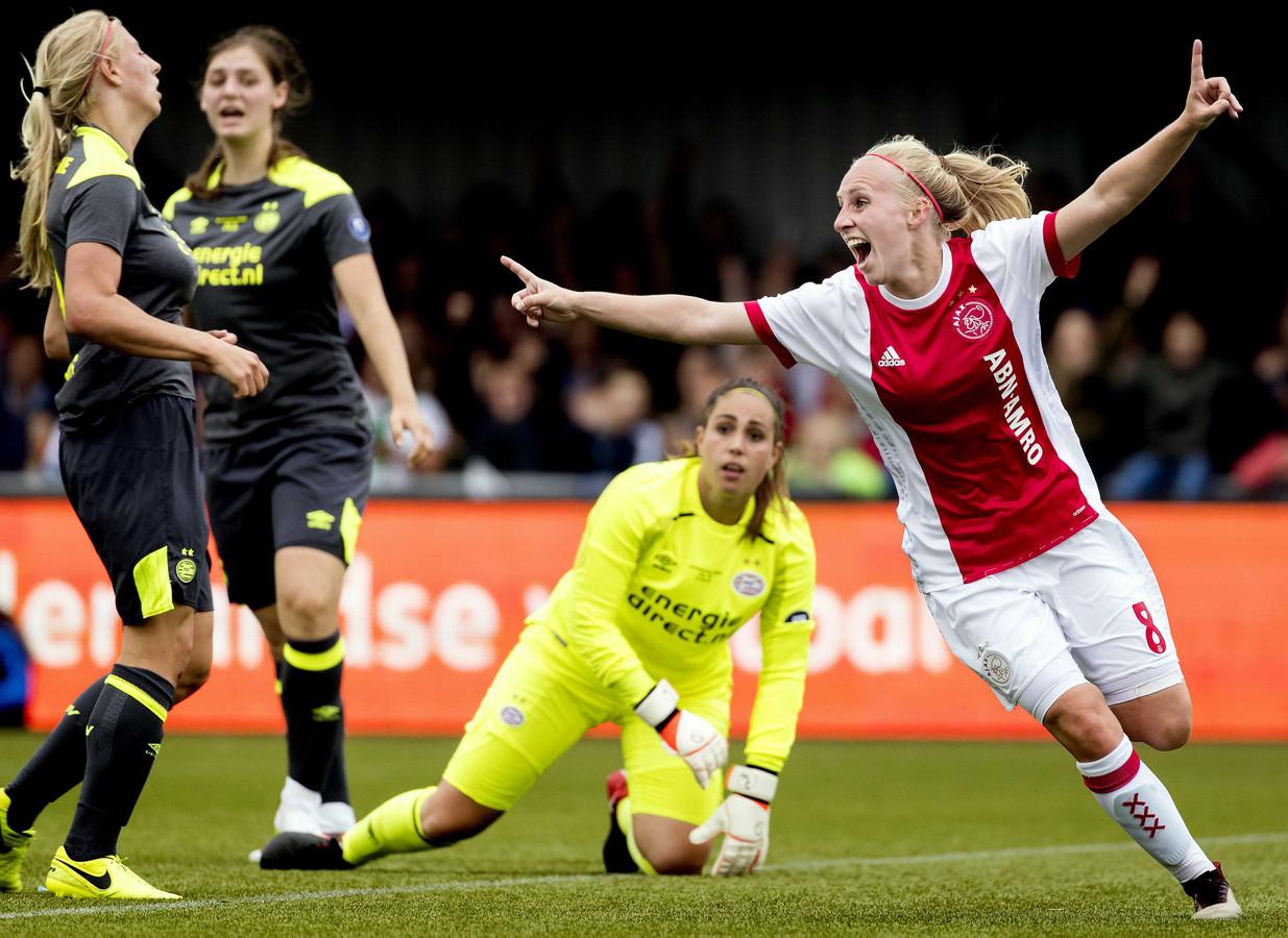Inessa Kaagman van Ajax in viert haar 2-0 tegen PSV tijdens de bekerfinale. Maureen Sanders, Aniek Nouwen en keepster Angela Christ kijken verslagen toe.
