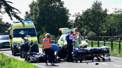 Motorrijder (44) zwaargewond na klap achter op afslaande auto