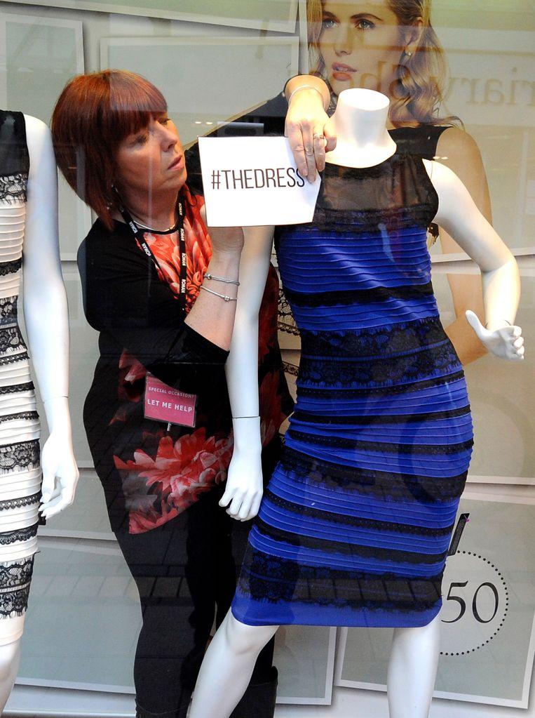 Deze foto van de jurk - voldoende belicht - toont aan dat het kledingstuk weldegelijk blauw en zwart is.